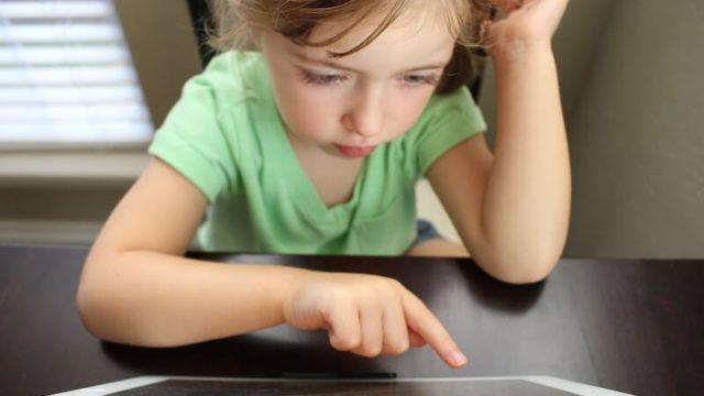通信教育をする幼稚園児