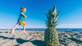 日焼け止めを塗って外遊びする子供