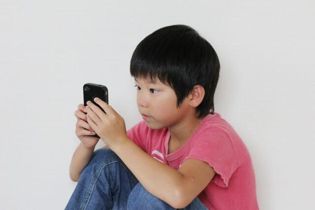 スマホを使う子供